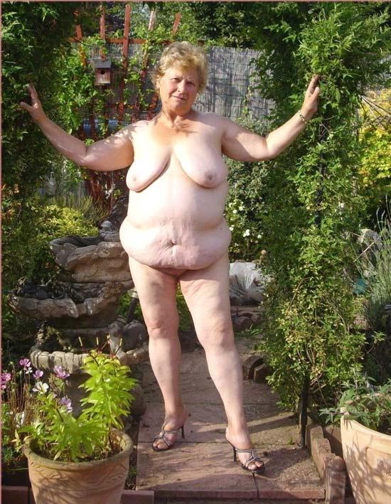 Oma Nackt Im Garten