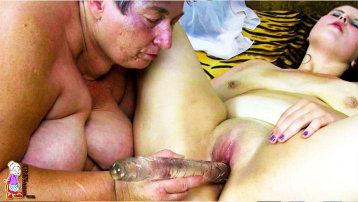 Fette Oma fickt junges Mächen mit Dildo