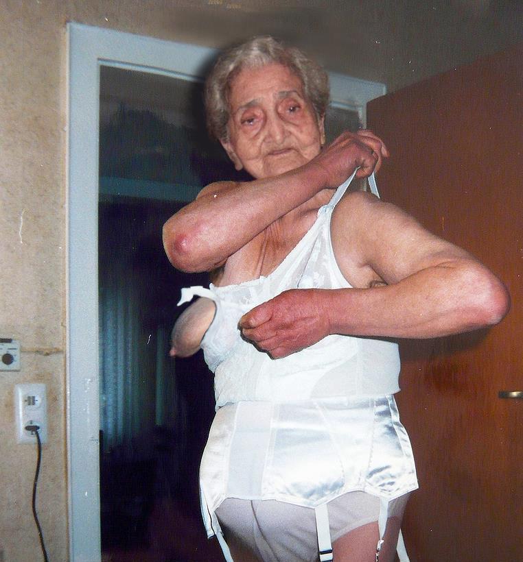 Oma in Strapsen und Korselett will ficken