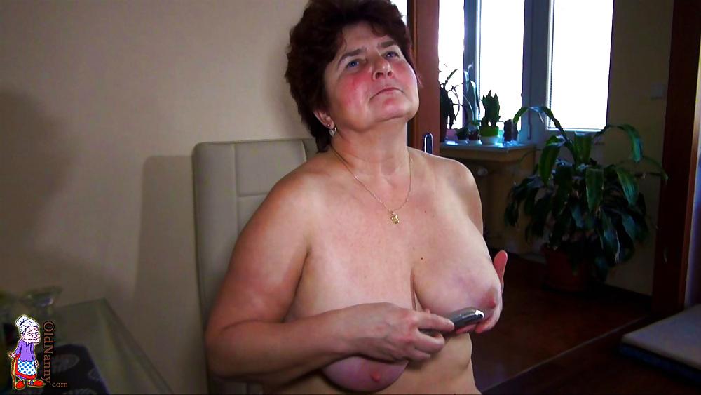 Geile Oma mit Schlauchtitten und Vibrator in hand