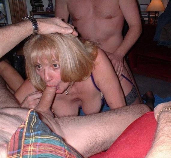 Sie wird kräftig gefickt und bläst dicken Schwanz