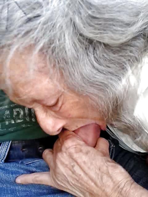 Oma mit grauen Haaren bläst Schwanz