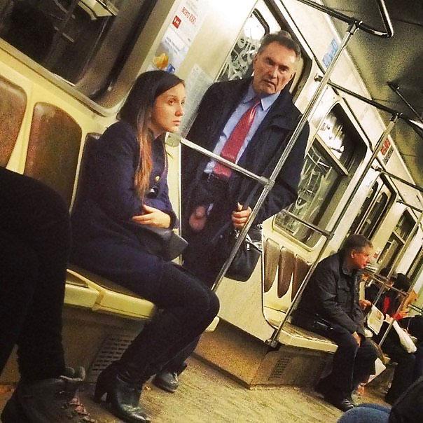 Opa zeigt seinen Schwanz in der U-Bahn