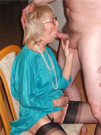 Alte Oma in Strapsen blest ein schwanz