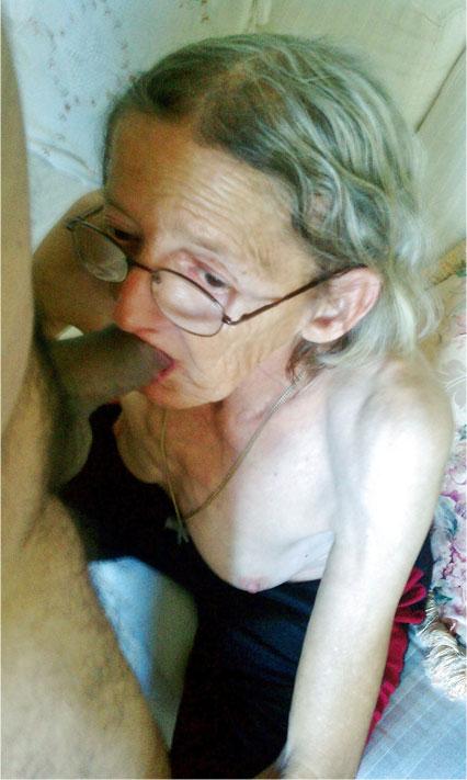 Sehr alte Frau mit Hängetitten bläst einen Schwanz