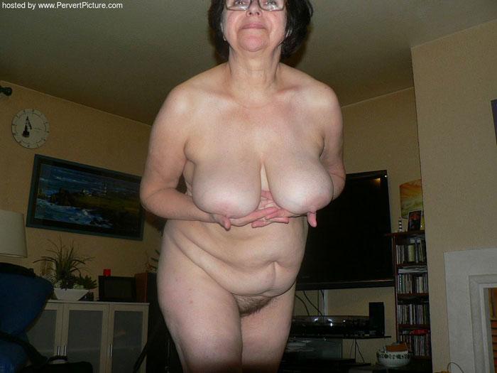 Обвисшая грудь пожилой дамы  фото голых старушек