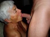 Eine alte Frau die der schwanz von junge mann im Mund hat!