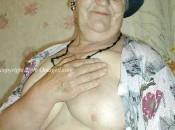 Klassiche alte Dame spielt mit ihrem Brüsten