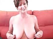 Klassische Dame in Strumpfhosen zeigt ihre grossen Titten