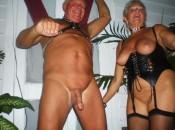 Reife Domina behandelt ihren alten Sklaven