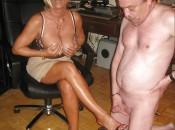 Reife Frau bekommt Spermaladung auf ihre Füsse