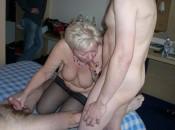 Perverse alte Frau bläst zwei schwänze