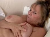 Sexy Oma masturbiert alleine Zuhause