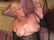 Wilde Ehefrau befriedigt sich auf dem Sofa