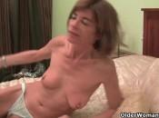 Schlanke Oma macht sich nackig und massiert sich