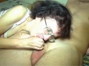 Alte 90 jährige Oma geniesst es junge Schwänze zu blasen und deren Sperma zu schlucke