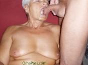 Sperma schlucken macht die Oma immer und immer wieder