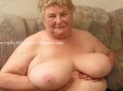 Eine alte Oma mit grossen mega titten. Schöne alte Frau.