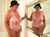 Alte Oma mit faltige Körper und hängende Brüste