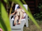Meine nackte volbusige Nachbarin in garden zeigt Ihre Fotze