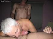 Oma bläst am Schwanz und wird von hinten gefickt