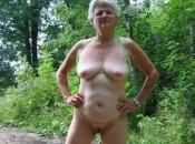 Geile Nudist Oma draußen im Wald