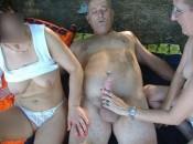 Reife Frauen wichsen den Penis einem geilen Opa