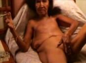 Alten asiatischen Oma mit Schlauchtitten raucht Zigarette