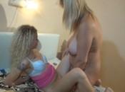 Blonde mollige spielt mit süssem blonden Mädchen