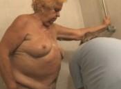 Oma lässt sich von Krankenschwester Wasen