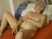 Sexy Oma schiebt sich Dildo in Ihre saftige Fotze