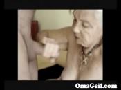 Geile alte Frau bläst und bearbeitet den Schwanz