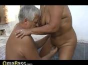 Dicke Oma wird von zwei Typen draußen gekanallt
